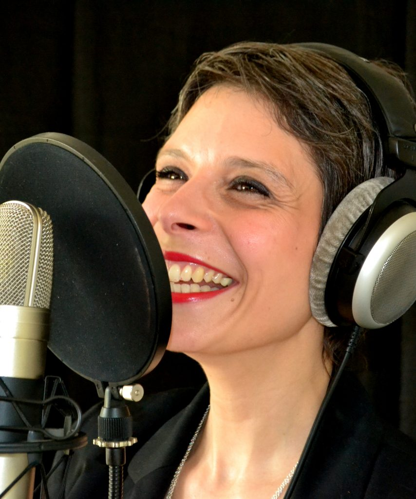 marina graf en studio d'enregistrement voix off