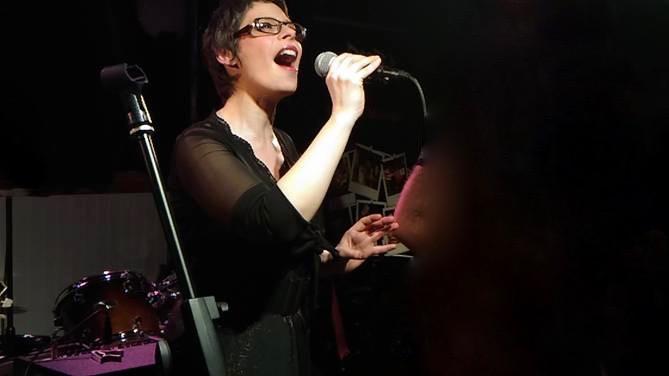 marina graf chanteuse en cocnert à lamorlaye evenementiel privé